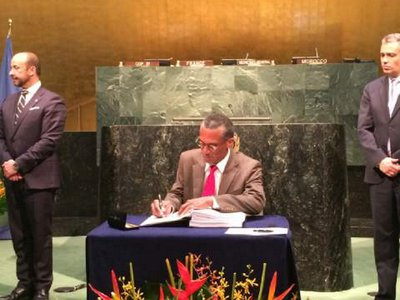 Minister Moses signs the Paris Climate Change Agreement